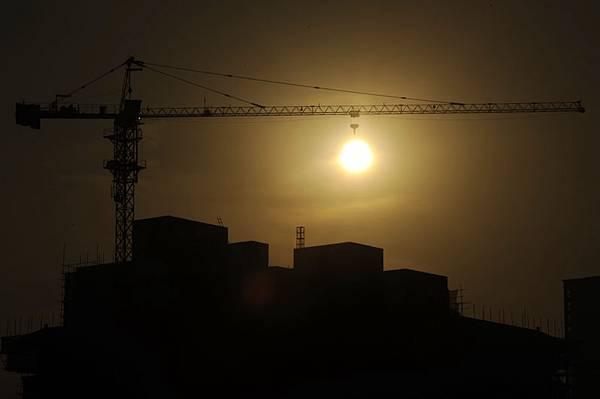 大陸統計局公佈4月份大陸樓市數據再爆大陸樓市危局「秘密」:新建商品住宅價格止漲城市增多,北京二手房房價跌至25個月新低,引領馬年樓市首降的杭州樓市環比跌幅居首。專家預警,若大陸房價全面降價25%,將有超過80%的房企被擠出市場。(圖片來源:大紀元資料室)
