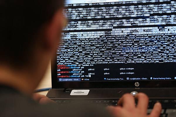 美國週一起訴五名中共軍隊成員,指控他們黑客入侵美國公司並偷竊受到嚴密保護的商業機密。外媒評論說,這是「點名羞辱」。(攝影:THOMAS SAMSON/AFP)