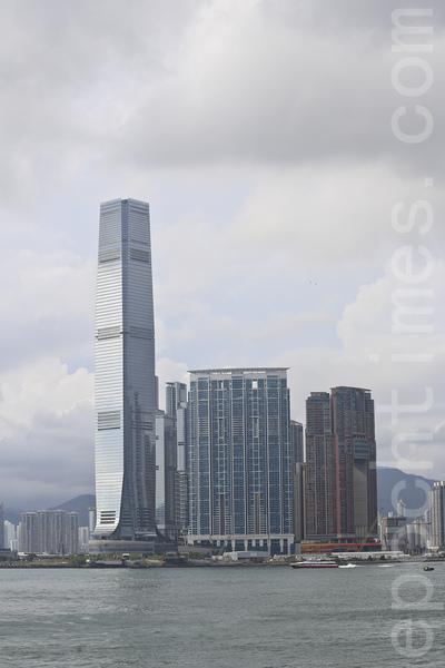 香港德意志銀行位於九龍站上的環球貿易廣場(左邊最高大廈)。(余鋼/大紀元)