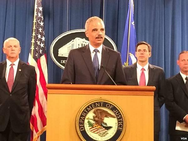 美國司法部星期一正式對五名中國軍方成員提出了起訴,理由是這些人參與了對美國六家企業的網絡間諜活動。美國司法部  長霍爾德星期一主持了新聞發佈會。(燕青/美國之音)
