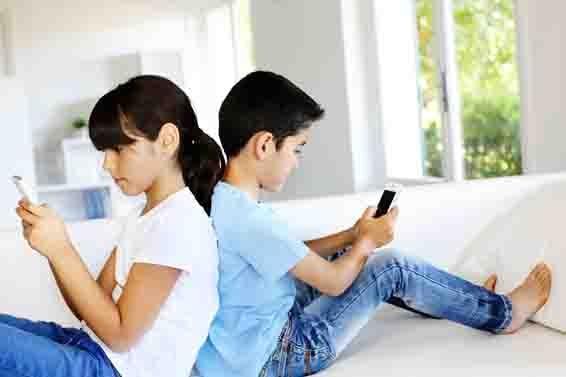 隨著手機科技的迅速發展,手機使用者的年齡也越來越小,年輕人甚至小孩都「機」不離身,過度使用手機可能存在影響健康的隱患。(fotolia)