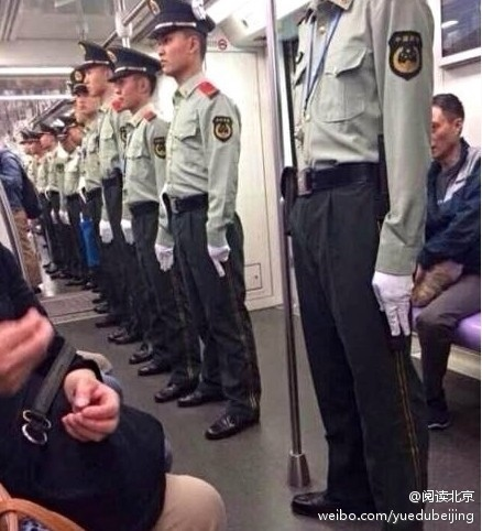亞信第4次峰會20、21日在上海舉行,上海安保警戒空前升級。近日,網絡曝光上海地鐵車廂內武警成排站崗如亞信第4次峰會20、21日在上海舉行,上海安保警戒空前升級。近日,網絡曝光上海地鐵車廂內武警成排站崗如臨大敵的照片,引發網民熱議和強烈不滿。(網絡圖片)臨大敵的照片,引發網民熱議和強烈不滿。(網絡圖片)