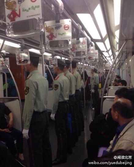 亞信第4次峰會20、21日在上海舉行,上海安保警戒空前升級。近日,網絡曝光上海地鐵車廂內武警成排站崗如臨大敵的照片引發網民熱議和強烈不滿。(網絡圖片)