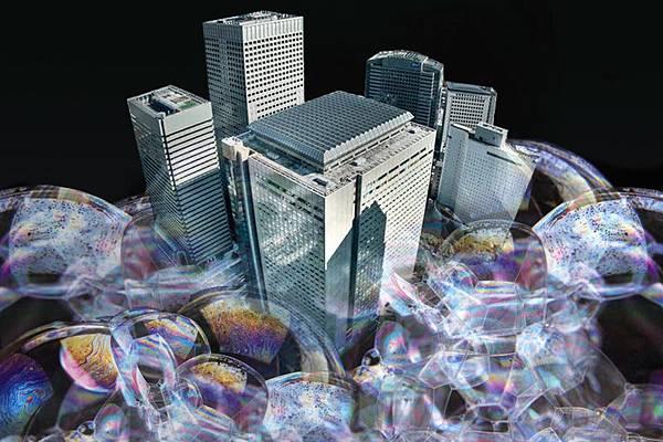 在大陸房價不斷下跌的情況下,大陸地產專家、業界人士紛紛對房地產形勢看空。近日,中華元智庫創辦人、《第一財經日報》副總編輯張庭賓發表文章稱,依照目前形勢判斷,大陸房價將在半年內加速下跌,房價至少跌去30-40%,並將在2016年觸底。(大紀元合成圖片)
