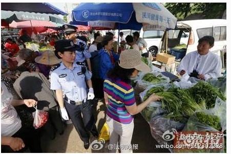 5月22日烏魯木齊早市大爆炸案,讓本已風聲鶴唳的北京當局高度敏感,安保再次全面升級。5月23日,北京警察全員停止休假,傾巢上街巡邏,各警種24小時處於臨戰狀態。警察首次配槍在天安門附近地鐵站巡邏,還對早市巡邏防控。民眾質疑北京警方高度戒備與即將到來的「六四」紀念日有關,並質疑係列恐怖活動背後的黑手。圖為北京街頭警察巡邏。(網絡截圖)