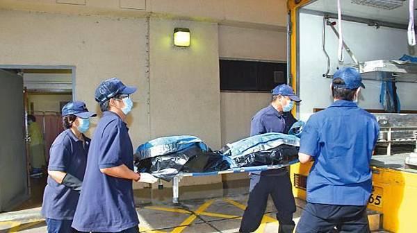 ■林妻方妙蘭在公司跳樓身亡,仵工將屍體移送殮房。