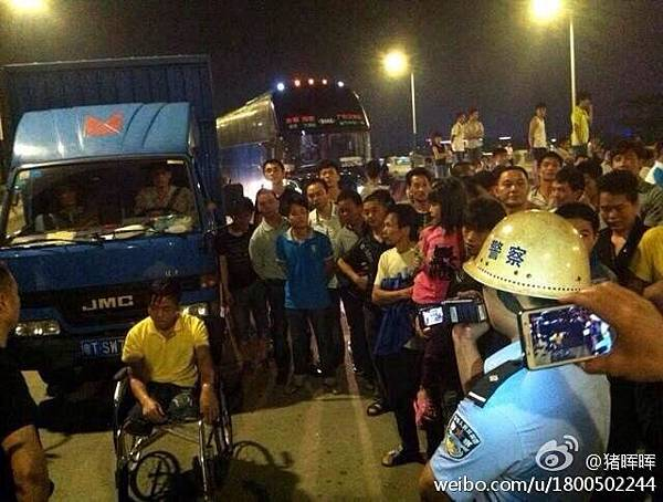 5月23日晚上,佛山市順德均安鎮發生公安治保人員毆打賣唱殘疾人事件,引發逾千人堵路抗議,並燒毀警用摩托車及砸壞一  輛消防車。(網絡圖片)