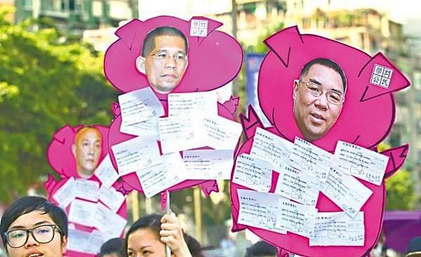 ■市民舉起貼有崔世安頭像的豬形紙牌遊行。