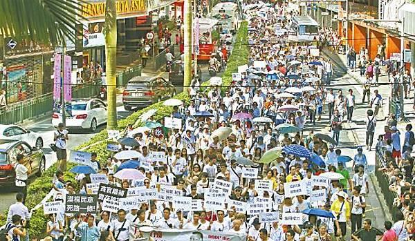 【1989年以來最大規模示威】■兩萬澳門市民難忍怒火,昨抵着烈日高溫走上街頭,反對特首享任內刑事豁免權。楊柏賢攝