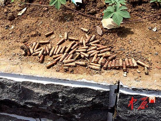 2014年5月24日,河南鄭州鄭東新區龍湖施工河堤上發現了78枚子彈。(網絡圖片)