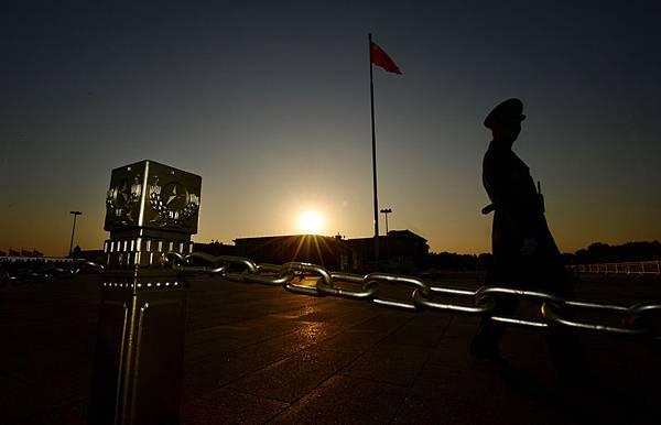 中共表示過去一個月中已在動盪的新疆地區逮捕200多人,外媒對此打壓評論說,中共所謂的反恐只不過是收緊已經極度嚴密的社會控制,是個火上澆油的政策。(Mark RALSTON/AFP)