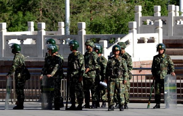 新疆當局23日宣佈從23日起啟動為期一年「嚴打暴力恐怖活動專項行動」,圖為新疆街頭的軍警。(AFP/Getty Images)