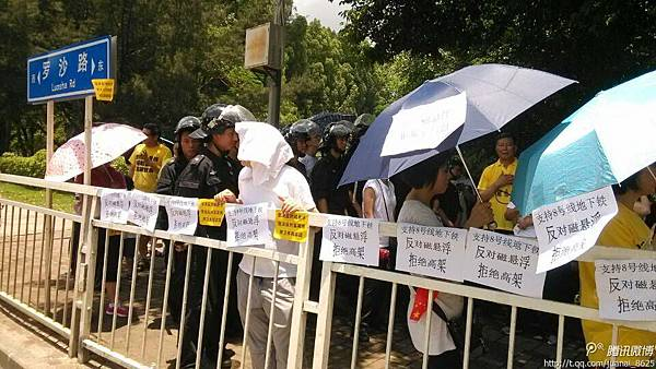5月25日,廣東深圳上千居民準備遊行到羅湖區委請願,抗議深圳8號線採用磁懸浮高架地鐵方案危害居民健康。當局派警察  阻撓。(網絡圖片)