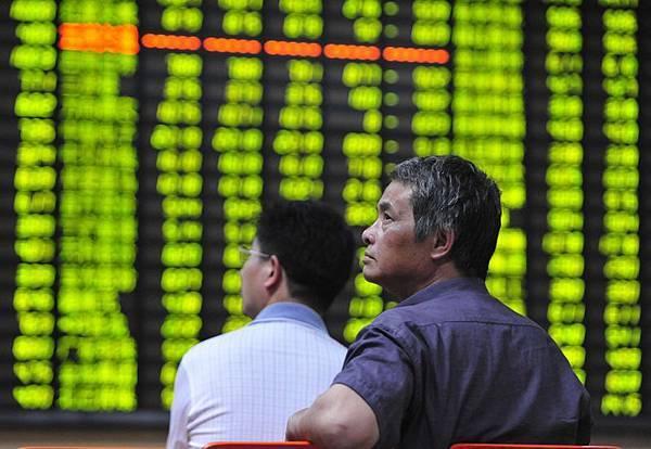 中國首例公司債違約主角「上海超日」在深交所的股市和公司債雙雙被停牌。數據顯示,在央企場航油運成為首家退市公司以來,再有39家上市公司面臨退市風險,專家表示未來A股退市或成常態。圖為,大陸浙江一證券交易大廳。