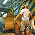 阿牛與一班義工連夜嵌製八呎長坦克模型,重現王維林隻身擋坦克前進的畫面(圖)