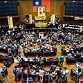 台灣年輕一代嗆言「今天不擋服貿,明天改選特首」宣告反服貿有理。這是一個拒絕中國專制入侵快速進化的民主台灣的大蛻  變大作戰,全球媒體同步上映,擋都擋不住。