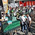 香港支聯會6月1日舉行六四25周年大遊行,在天文台發出酷熱天氣的警告下,仍有3千人參加遊行,比去年多,許多大陸遊客被遊行隊伍的氣勢感動和震憾。(潘在殊/大紀元)