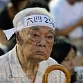 支聯會晚上在維園舉行六四燭光集會,老人哀悼流出眼淚。(宋祥龍/大紀元)