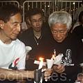 香港支聯會6月4日晚在維多利亞公園舉行六四燭光集會,大會宣布超過18萬人參加,是歷年來最多,支聯會呼籲民眾一起攜  手平反六四,結束中共一黨專政,民主黨元老李柱銘和陳日君樞機一同參加燭光忌諱。(潘在殊/大紀元)