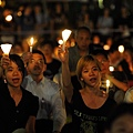 香港支聯會6月4日晚在維多利亞公園舉行六四燭光集會,大會宣布超過18萬人參加,是歷年來最多,支聯會呼籲民眾一起攜  手平反六四,結束中共一黨專政。(潘在殊/大紀元)