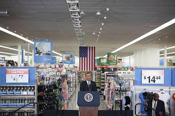 沃爾瑪的美國供貨商正在遭遇由於美國製造業長期衰退後帶來的種種弊端。圖為美國總統奧巴馬5月9日在一家沃爾瑪零售店發表能源效率演說。(Stephen Lam/Getty Images)