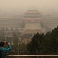6月5日是世界環境日,中共環保部有關負責人對媒體宣稱,今年世界環境日中國的主題為「向污染宣戰」,其已變相承認中國生態  環境存在的嚴重問題。圖為,2014年2月24日從北京景山眺望故宮。(大紀元資料室)