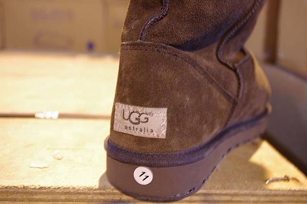 在調查期間查獲的仿冒商品,圖中展示移除蓋在面上的普通商標後,露出假冒名牌UGG的商標。(新澤西紐瓦克聯邦法庭網站)
