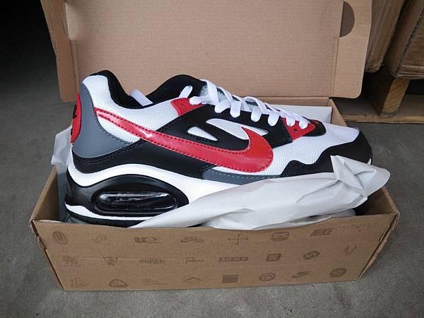 涉案的假貨在中國製造,包括耐克運動鞋。注意鞋側凸出的黑色普通商標,用刀拆卸後,會露出假冒商標。(新澤西紐瓦克聯邦法  庭網站)