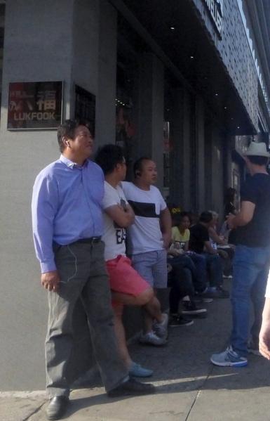 華埠售假小販不斷擴展活動範圍,人數也越來越多。圖為堅尼路上的小販。(蔡溶/大紀元)