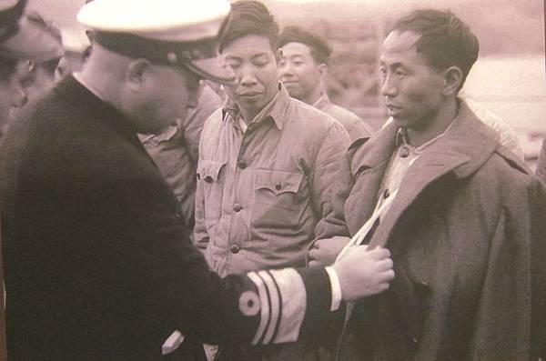 1955年1月22日,馬紀壯將軍在基隆迎接大陳負傷海軍戰士。(鍾元翻攝/大紀元)
