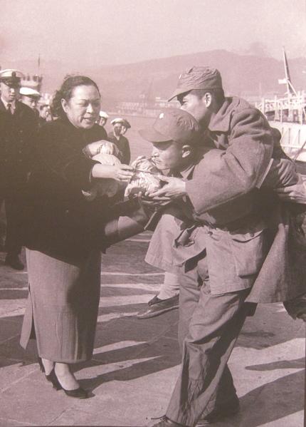 1955年1月25日一江山遺眷及傷患戰士抵台,婦聯會代表分發慰勞品給負傷戰士。(鍾元翻攝/大紀元)