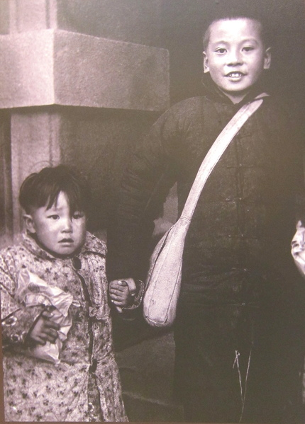 1955年1月25日,一江山遺眷及傷患戰士抵台手足情深難掩重生的喜悅。(鍾元翻攝/大紀元)