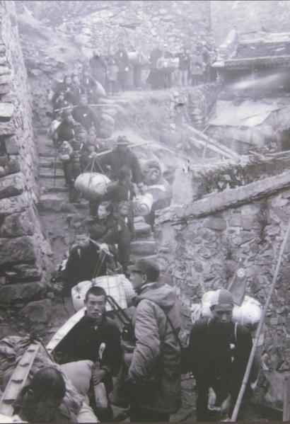 1955年2月8日,大陳居民扛著行李,抬著行動不便的家人,離開自己世代居住的家園,整個撤離行動井然有序,毫不慌亂。(鍾元  翻攝/大紀元)