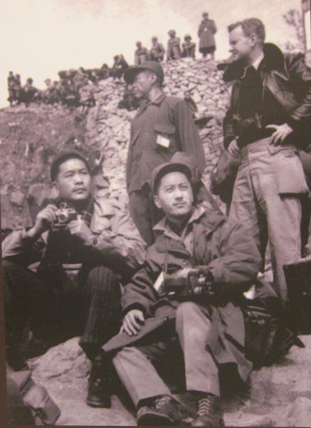 1955年2月8日,中外記者團在大陳記錄這歷史性的一刻。(鍾元翻攝/大紀元)