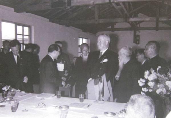 1956年2月8日,美國駐華大使藍欽應邀出席這個簡單但充滿人情味的落成典禮茶會。(鍾元翻攝/大紀元)