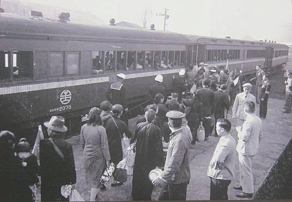 1955年2月13日,大陳義胞們排隊上車。(鍾元翻攝/大紀元)
