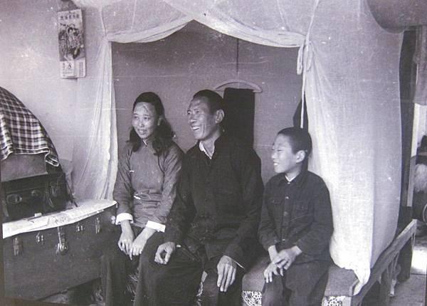 1956年2月8日,大陳義胞們欣喜著自己有一個溫暖舒適的新居。(鍾元翻攝/大紀元)