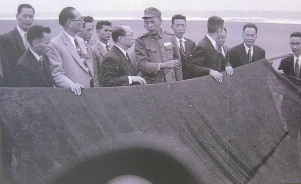 1956年2月8日,嚴家淦主委一行參觀蘇澳嶺腳漁港,這地方是大陳義胞的漁業作業區。(鍾元翻攝/大紀元)