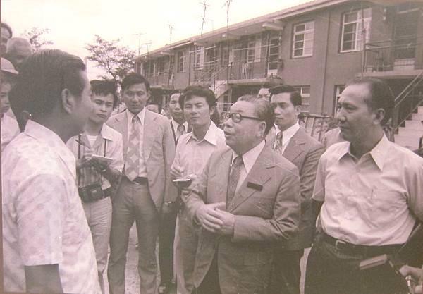 1977年6月18日,行政院長蔣經國巡視新竹市大陳新村,與大陳義胞周妙友、羅三妹等,以家鄉話閒話家常。(鍾元翻攝/大紀元)