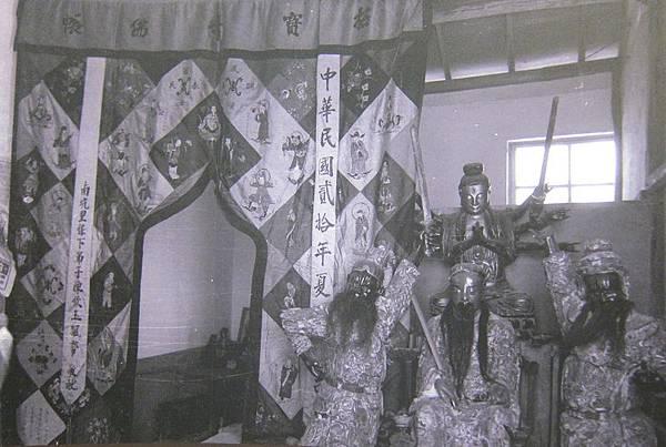 1956年2月8日,大陳義胞不忘鄉俗,照舊供奉一些神像。(鍾元翻攝/大紀元)