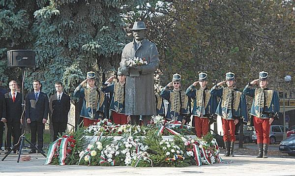 ●1956 年匈牙利革命經歷漫長的三十二年才翻案,當年被蘇聯和匈牙利共產黨送上絞刑架處死的匈牙利革命領袖納吉在一九八九年恢復名譽,重新國葬,三十萬民眾參加了他的葬禮。現今全國各地都有紀念民族英雄納吉的塑像。
