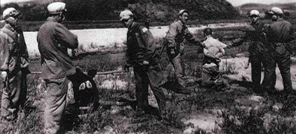 ●這是近幾年才流出的鎮反行刑照片。毛一手操縱的鎮反完全是違反國際公法的超級大屠殺,國共內戰雙方總共也沒有死70 萬人!是虐殺俘虜,也是濫殺無辜。