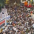 2013年7月1日,43萬港人無懼風雨參加七一大遊行,高喊港共特首梁振英下台,圖為法輪功的遊行隊伍。(攝影:潘在殊/大紀元)