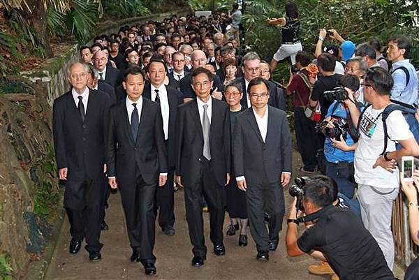 香港法律界6月27日發起黑衣靜默遊行,抗議中共國務院新聞辦發表的白皮書。隊伍由高等法院出發前往終審法院,主辦方稱有1800人參與,是歷次遊行最多。(記者潘在殊/攝影)