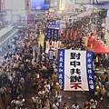 2014年7月1日,香港市民無懼恐嚇,紛紛走上街頭,用和平有秩序的方式,抗議中共亂港破壞一國兩制,要求特首梁振英下台。(宋碧龍/大紀元)