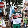 2014年7月1日,香港市民無懼恐嚇,紛紛走上街頭,用和平有秩序的方式,抗議中共亂港破壞一國兩制,要求特首梁振英下台。圖為參加遊行的民眾手持展板表達訴求。(余鋼/大紀元)