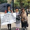 香港七一遊行精神:自由表達,是大陸民眾嚮往,並希望能親身感受的清新氣息。因此,每年七一都不乏大陸民眾專程到香港參與這個盛大遊行。圖為來自北京的訪民張秀華(右)和李立榮(中),兩人喜嘗香港七一自由氣息。 (李真/大紀元)