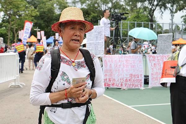 現年56歲的香港居民譚如玲,每年都來參與七一或者六四,她曾經在大陸被盜3萬多元,但五年來非但沒有討回應得的權利,卻三度被關押,她講述在大陸遭受打壓的冤情,淚如雨下。(楊安娜/大紀元)