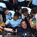 香港逾51萬人的七一大遊行結束後,學聯發動大約1200人在中環遮打道發起和平「佔中」。警方7月2日凌晨出動大批警力武力清  場,在5個多小時內一共拘捕511人。學聯批評警方濫用暴力。(潘在殊/大紀元)
