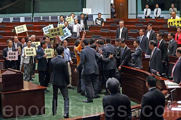 他7月3日出席立法會特首答問大會時,被泛民主議員群起離場抗議。(蔡雯文/大紀元)